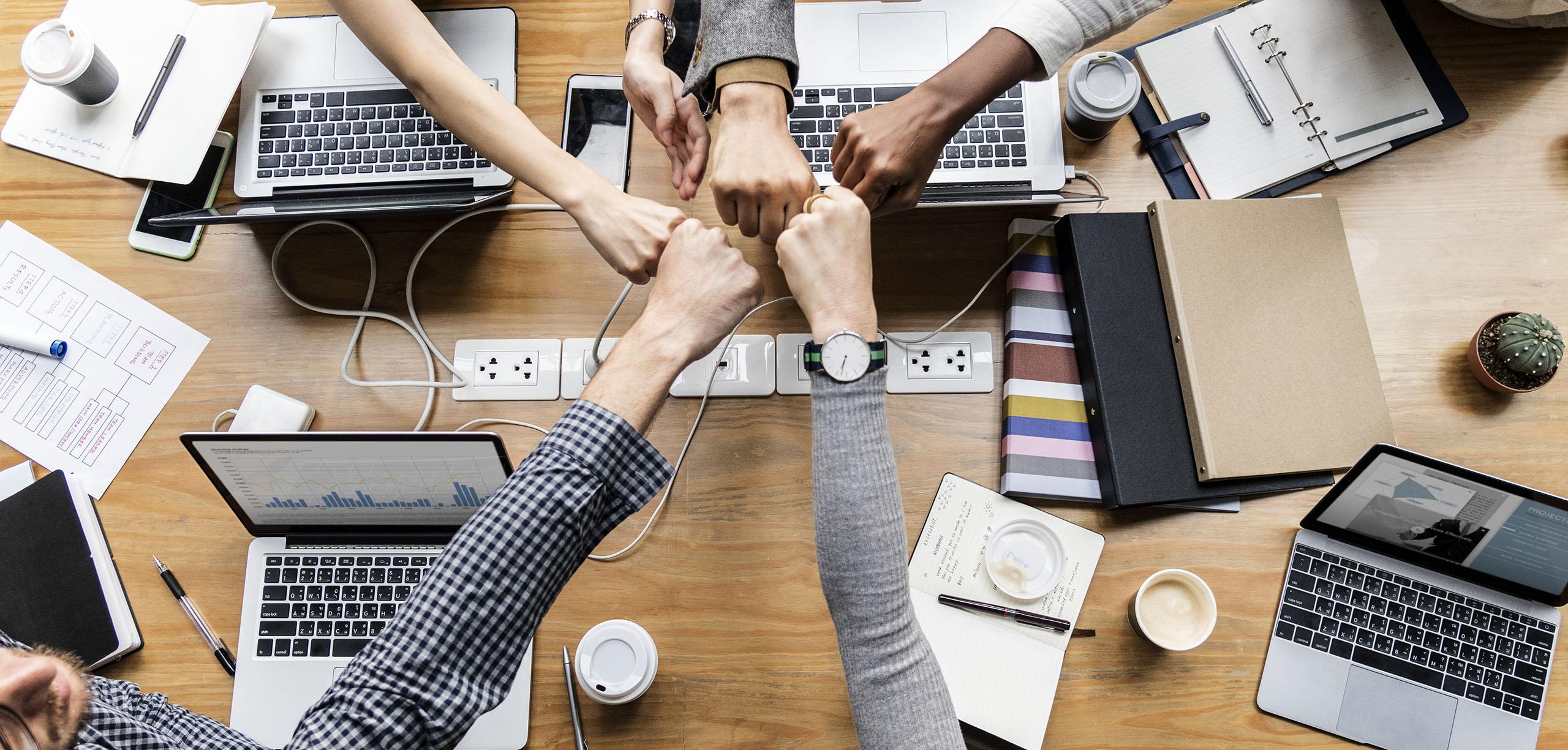 grupo de ejecutivos en equipo